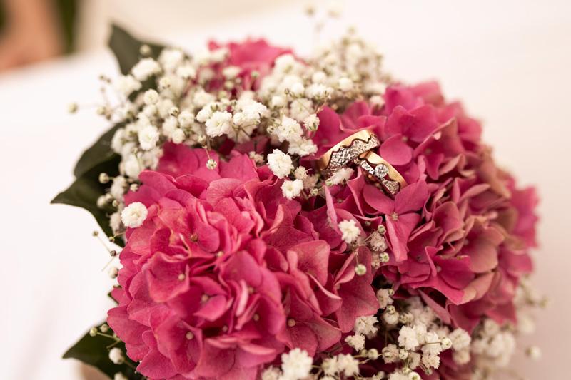 brautstrauss-ringfoto-hortensien-weiss-rosa