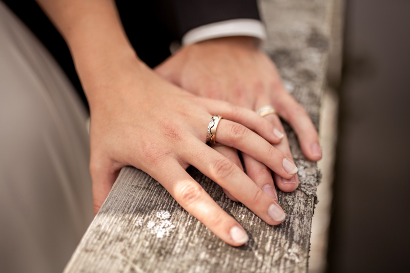 handinhand-brautpaar-ringfoto-holz